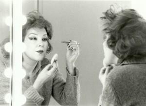 25. Luisa Martínez Pazos maquillándose
